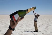 Homme Qui Essaye De Boire Du Champagne Dans Bouteille Géante