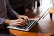 Travailler sur un ordinateur dans un café