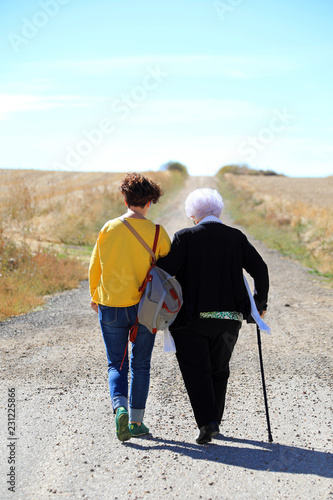 Photo persona mayor con cuidadora caminando en el campo 4M0A5710-f18