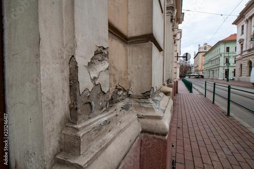 Fotografía  Stark beschädigtes Gebäude - Das Mauerwerk bröckelt