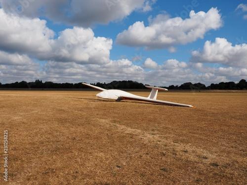 Segelflugzeug in Schutzhülle