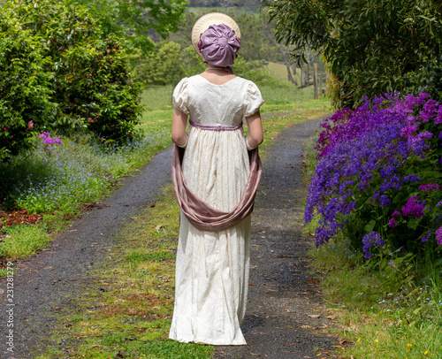 Photographie  Regency woman in cream dress