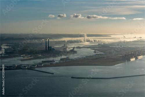 vue aérienne du port du Havre au petit matin dans la brume en France