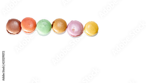 Photo Fresh various colors macaroni cookies allined in line isolated on white backgrou