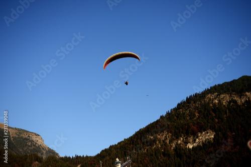 Gleitschirmflieger in den Alpen