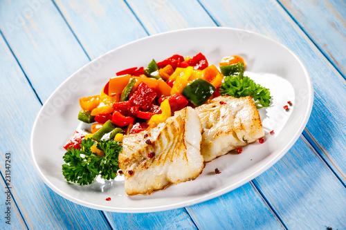 Obraz na plátne Fish dish - fried fish fillet and vegetables