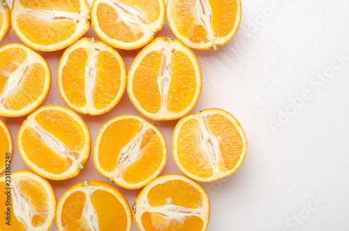 Fotografía  Halves of oranges on a white.