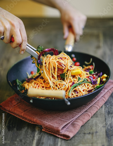 Photo  Stir fried spaghetti with organic vegetables