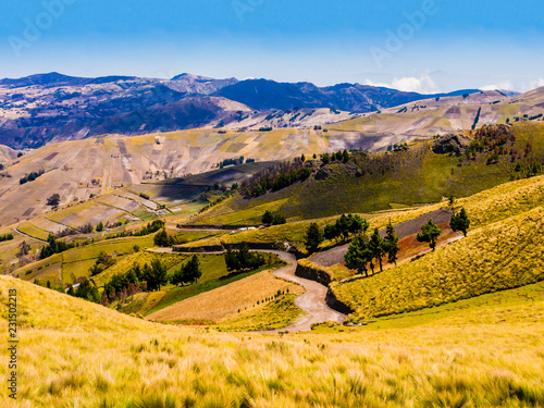 In de dag Zuid-Amerika land Ecuador, picturesque andean landscape between Zumbahua canyon and Quilotoa lagoon with dirt road and cultivated fields
