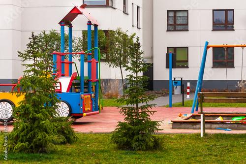 Obraz Osiedla mieszkaniowe i plac zabaw - fototapety do salonu