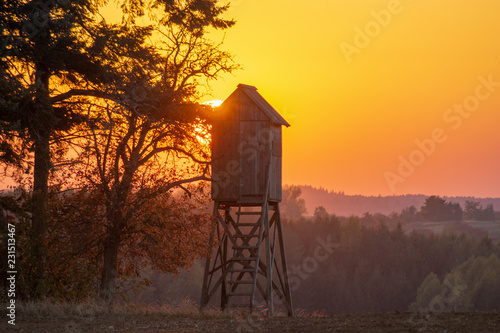 Cadres-photo bureau Chasse hunting tower in the light of the setting sun