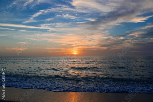 Photo sunset on the beach with warm breezes and waves on the gulf coast