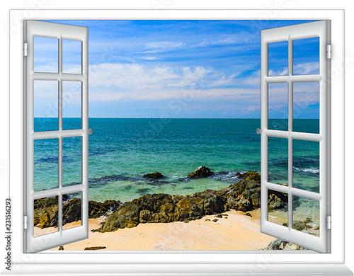 otwarte okno z widokiem na morze
