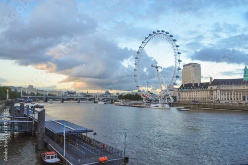 Photo London eye at Sunset with Thames in close up