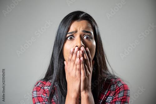 Photo  Ethnic Woman Screaming, Crying in Panic. Studio Portrait