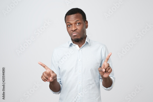Photo  Young african businessman making the no sign with his finger