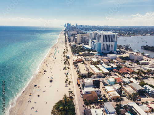 Photo  Ocean beach with people coastline view from the top near Miami, Florida