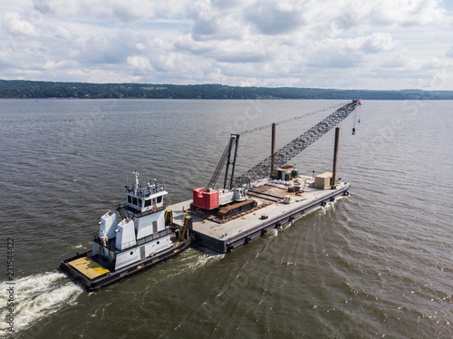 Photo Tug boat pushing the cargo on the river