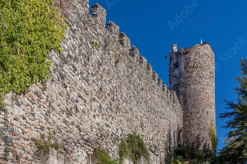 Foto  The ancient city walls of the historic center of Levanto and a watchtower, Ligur