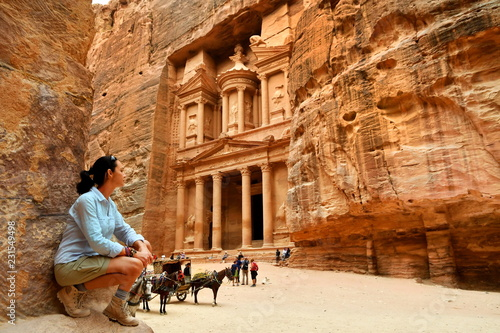 Foto  Woman in Old City Petra