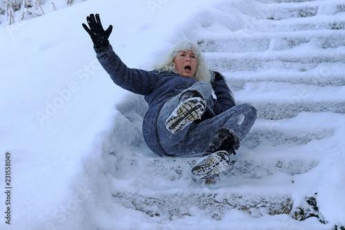 Fotografía  Eine Frau ist auf einer schneeglatten Treppe ausgerutscht und hingefallen