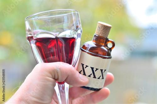 Fotomural Hands holding a Bottle of poison