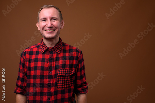 Fotografía  Studio shot of man against brown background