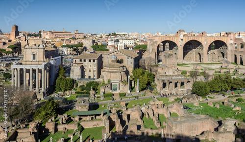Zdjęcie XXL Widok na Forum Romanum i miasto Rzym z Palatynu. Forum z sąsiednimi budynkami znajduje się w centrum starożytnego Rzymu. Świątynie, łuki, bazyliki i inne budynki.