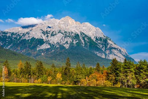 Fotografie, Obraz  Hohe Munde mit herbstlichem Wald