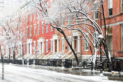Tuinposter New York City Snow covered winter street scene with view of the historic buildings along Washington Square Park in New York City