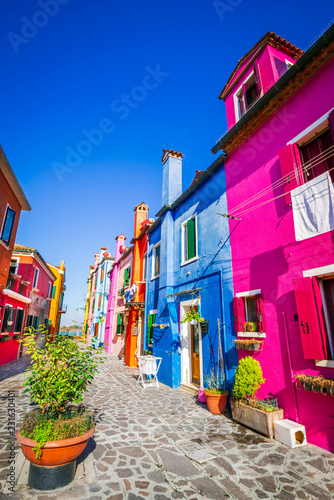 Fotomural  Burano, colorful water city in Venice, Italy