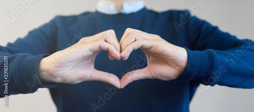 Fotografia close up man hand make heart shape gesture for world kindness day or valentine d