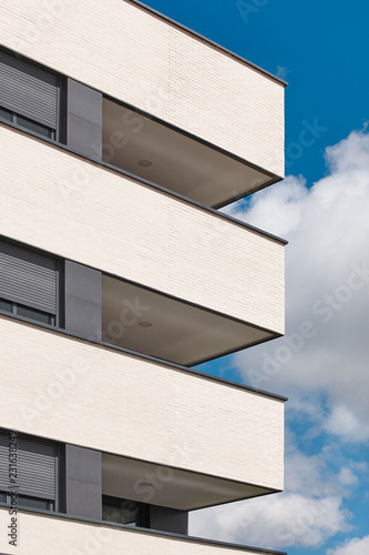 Foto  New building exterior facade with terrace. Construction. Buy