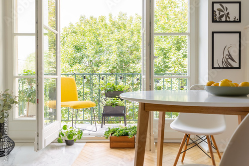 Photo Yellow chair on the balcony of elegant kitchen interior with white wooden chair
