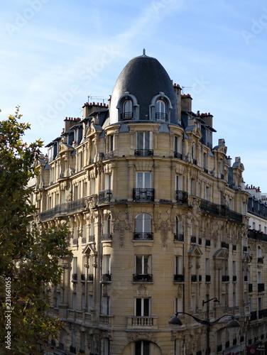 Immeuble en pierre, coin de rue, Paris Canvas Print
