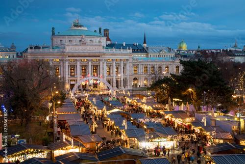 Fototapeta premium Jarmark bożonarodzeniowy w Wiedniu w pobliżu Burgtheater