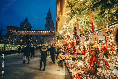Photo sur Toile Europe Centrale Salzburg Christmas Market in Residenzplatz at night