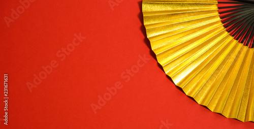 Foto auf AluDibond Rot Japanese traditional background material. 新春 お祝い、年賀、正月素材 金色の扇子のクローズアップ 背景素材