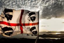 Bandiera Della Sardegna Con I Quattro Mori E Sullo Sfondo La Costa Di Capo Spargimento/Teulada Al Tramonto