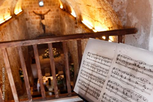 Obraz na plátně Spartito musicale dentro una chiesa Cristiana