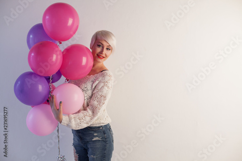 Photo  Portrait of a beautiful woman with balloons and holiday gifts