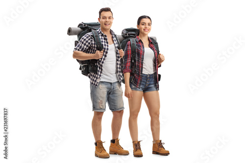 Photo Male and female hikers with backpacks standing and looking at the camera