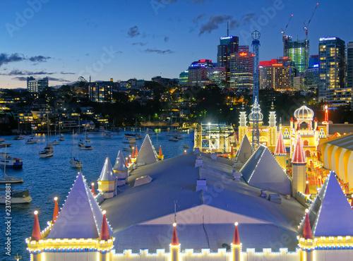 Plakat SYDNEY - AGUST 2018: Sydney Luna Park i panoramę, widok z lotu ptaka w nocy