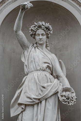 La pose en embrasure Commemoratif Statue of sensual busty and puffy renaissance era woman in circlet of flowers, Potsdam, Germany, details, closeup