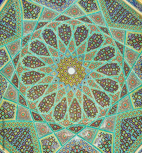 Photo The rich mosaic patterns of Hafez Mausoleum, Shiraz, Iran