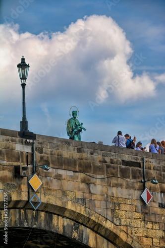 In de dag Centraal Europa Prag, Karlsbrücke mit Nepomuk-Statue