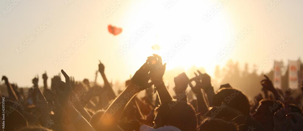 Fototapeta menschen im sonnenuntergang auf einem open air festival