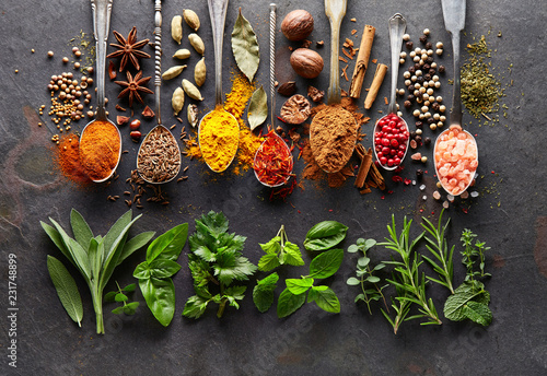 Keuken foto achterwand Aromatische Spices and herbs on black board