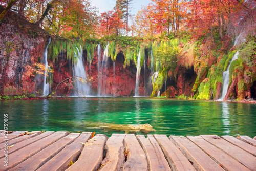 Montage in der Fensternische Wasserfalle Plitvice waterfalls in the fall