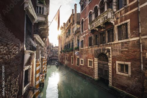 Fotografie, Obraz  Kanal in Venedig mit Häusern und untergehender Sonne